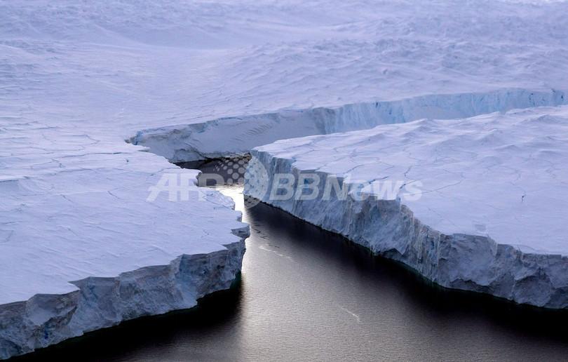 モンスター氷山、分裂し数百個の氷塊生む