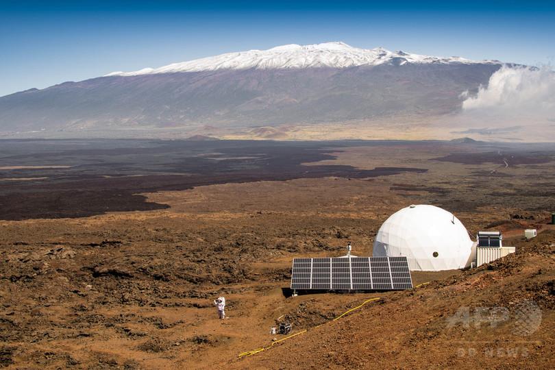 8か月の火星模擬生活終了、「クルー」ら果物や新鮮な空気を満喫