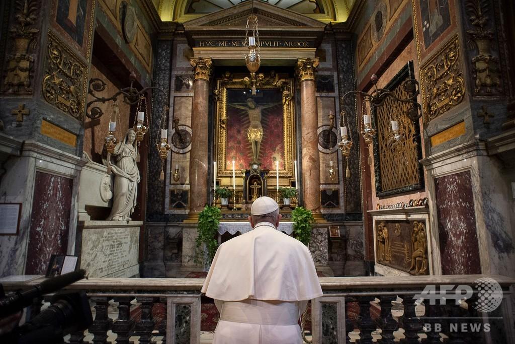 ローマ教皇、疫病終息にゆかりの「奇跡の十字架」に祈り