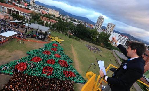 世界最大の「人間クリスマスツリー」、ホンジュラス