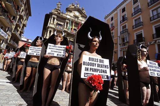 ひつぎに入って闘牛に抗議、牛追い祭り近づくスペイン