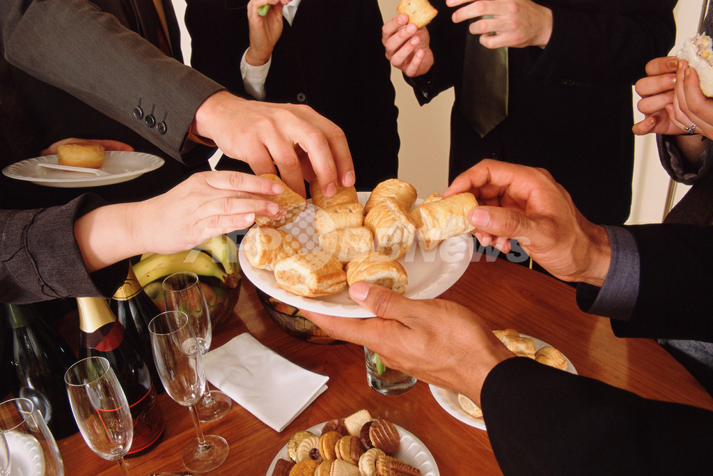 他人を喜ばせるのが好きな人、パーティーで食べ過ぎの傾向に
