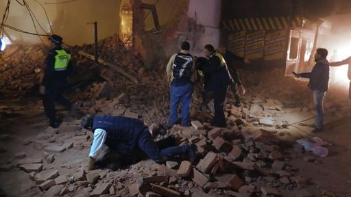 動画:1923年建造の元劇場倒壊、3人死亡 救出活動の映像 アルゼンチン