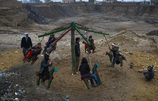 夕方のまき運びに墓地でのサッカー、アフガニスタンの日常