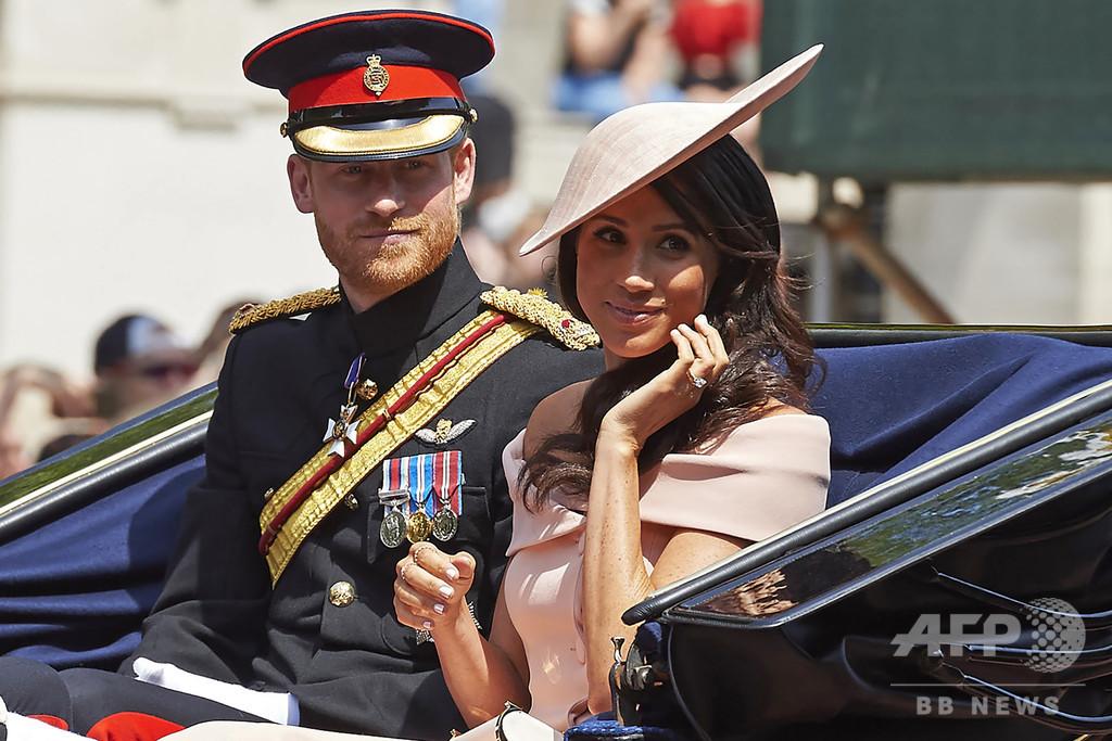ヘンリー英王子夫妻の王室離脱、人種差別問題の論争に