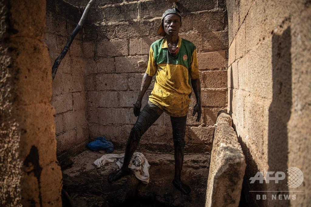 生身でトイレ汚水槽を掃除、清掃人の苦しみの人生 ブルキナファソ