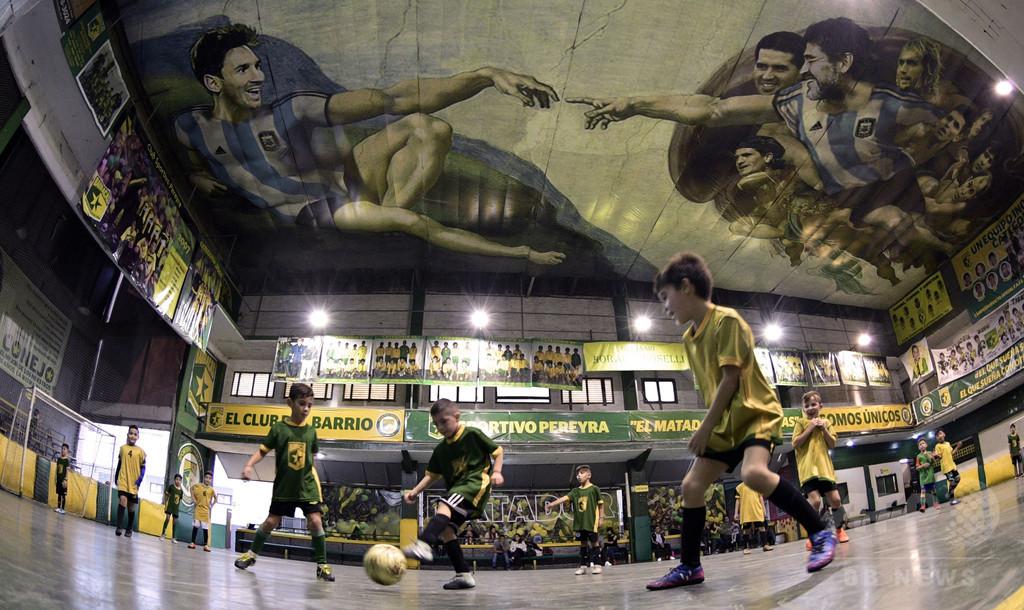 マラドーナが神でメッシはアダム、アルゼンチンのサッカー版「アダムの創造」