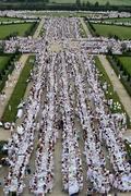 1万4000人の白い集団が屋外ディナー、伊トリノ