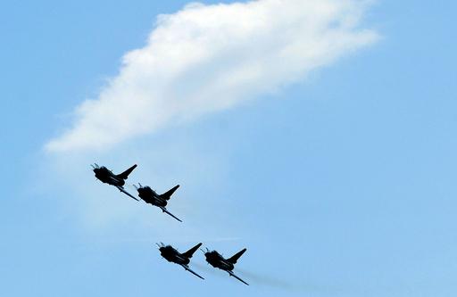 中国軍八一アクロバットチーム、J-10戦闘機を披露