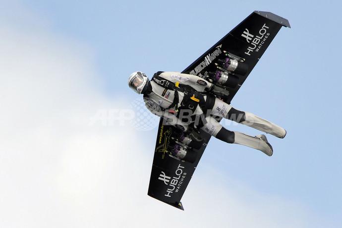 鳥か?飛行機か?スイス人冒険家がジェットの「翼」で飛行に成功