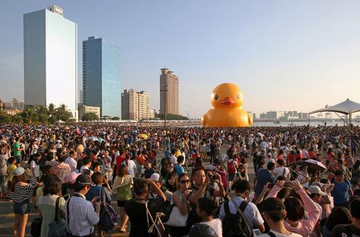 巨大アヒルまた破裂、新年イベント台無し 台湾