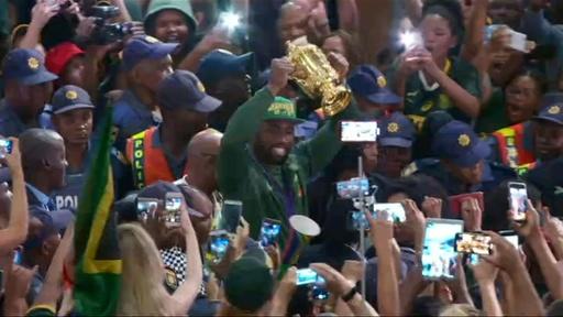 動画:W杯優勝の南アフリカ代表が帰国、英雄の凱旋にファン絶叫