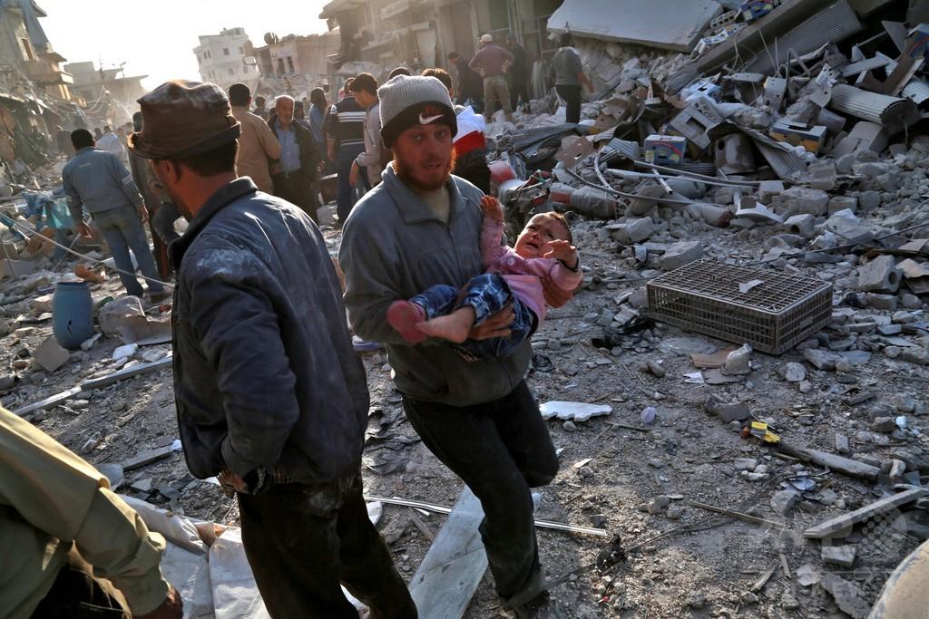 シリア「安全地帯」の市場に空爆、53人死亡 監視団