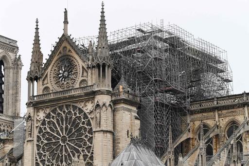 ノートルダム大聖堂の火災が鎮火、パリ消防当局