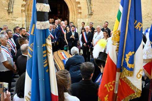 不法投棄の阻止試みた仏町長、はねられ死亡 住民らが追悼