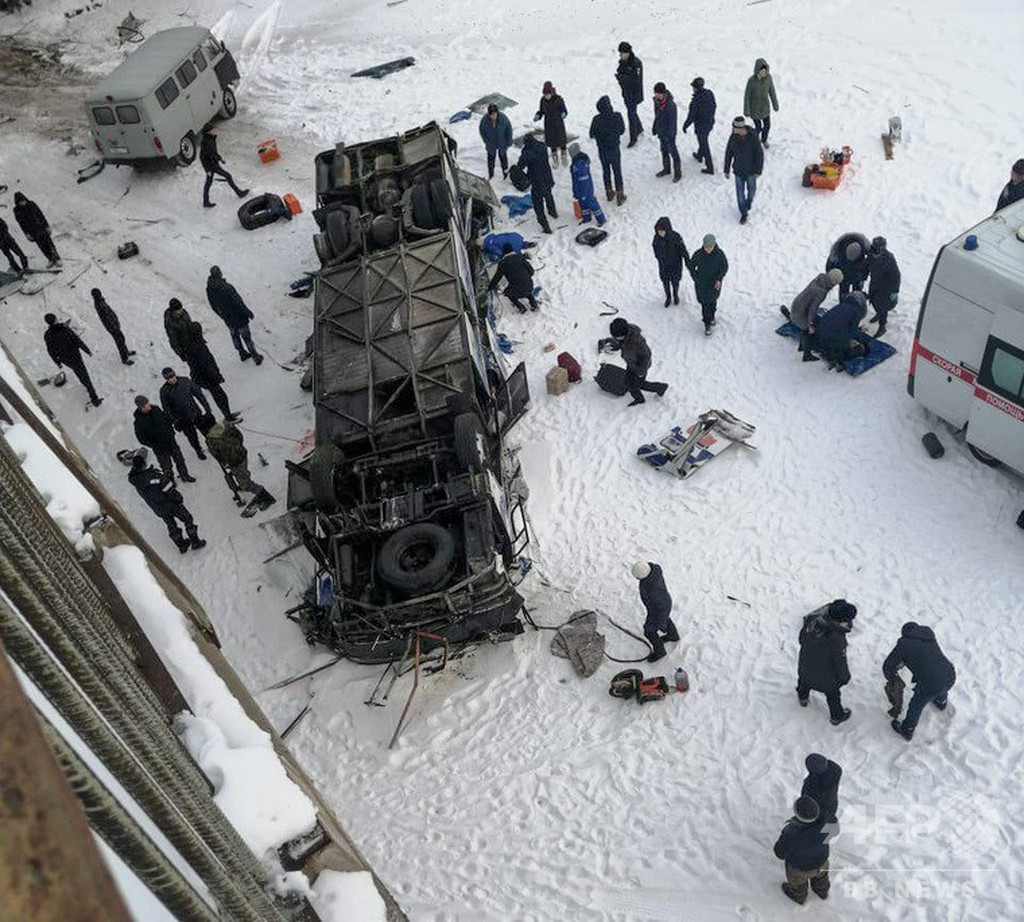 バスが凍結した川に転落、19人死亡 ロシア・シベリア地方