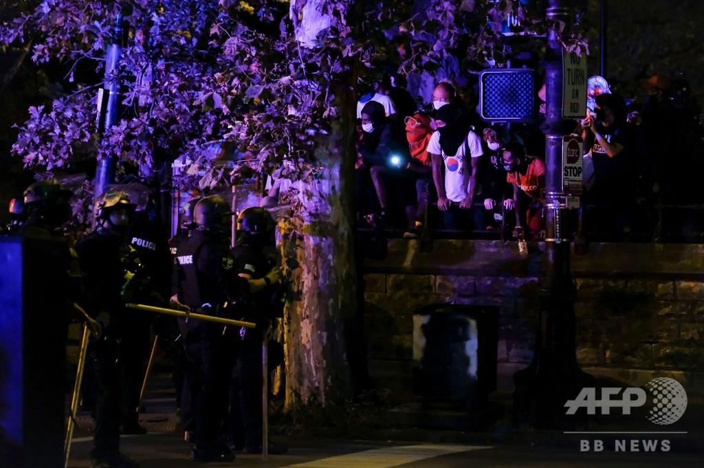 黒人女性射殺めぐる米デモ隊、教会に一時避難 外出禁止2夜目