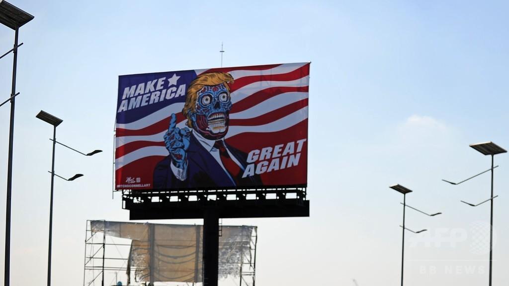 道路沿いにエイリアン? トランプ氏描いた巨大看板がメキシコに