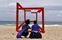 バービー人形の波、シドニーのビーチに押し寄せる 野外彫刻展
