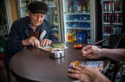 スクラッチくじ依存症の増加に危機感、法改正へ ブルガリア