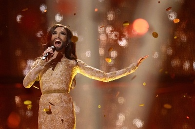 オーストリア代表の「ひげの女装歌手」が優勝、欧州歌謡祭ユーロビジョン
