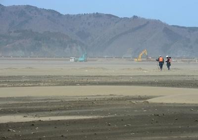 石巻市の大川小周辺で行方不明者を捜索、震災から2年を前に
