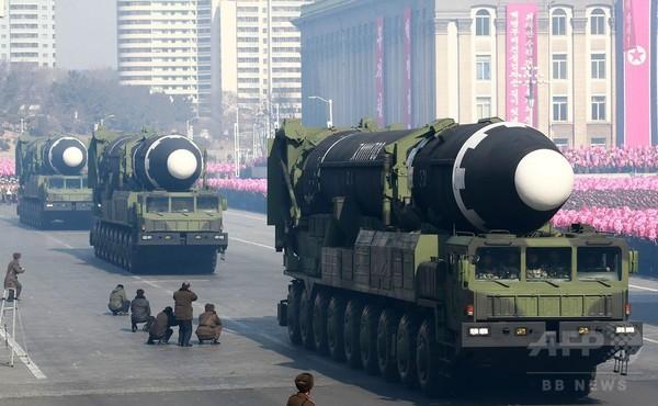北朝鮮が軍事パレード実施、大陸間弾道ミサイルを4基披露
