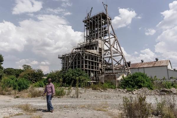 南アの鉱山、女性従業員が脱衣の身体検査を拒否 停職処分に