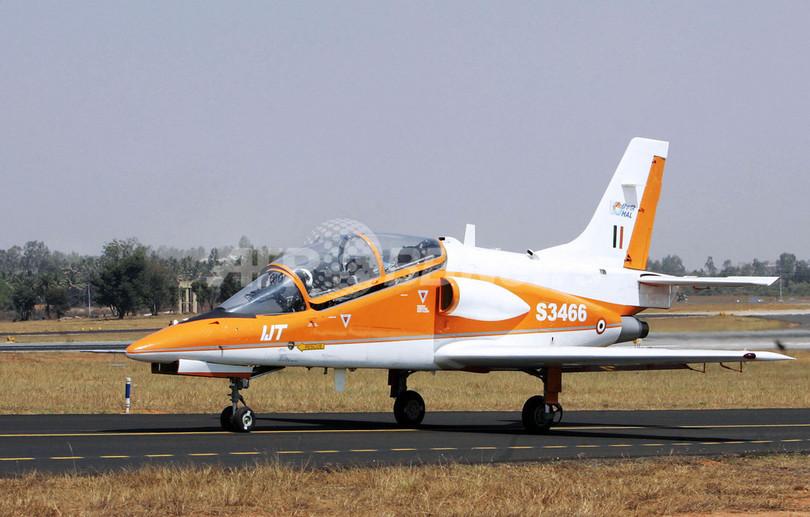 航空ショーで練習機が墜落 - インド