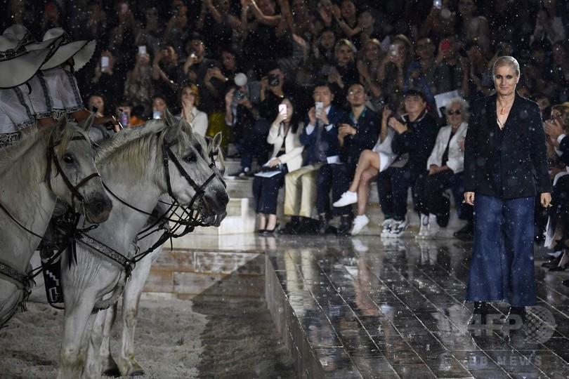 逞しい馬を乗りこなす力強い女性たち、「ディオール」2019年クルーズ