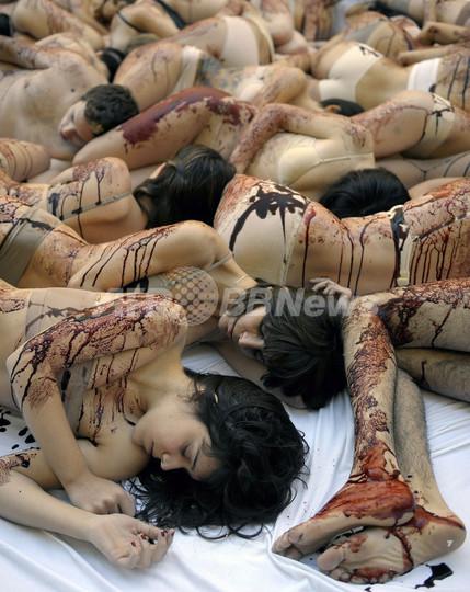 「流血」ペイントの女性集団、毛皮の使用に抗議