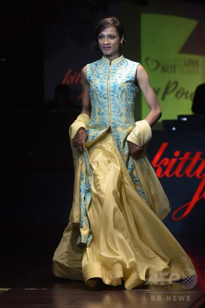 インド、酸攻撃の被害女性たちがトップデザイナーの衣装でランウェイに
