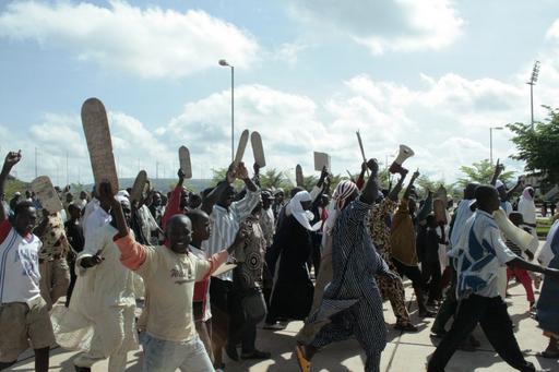 女性の権利を向上させる「家族法」、5万人の抗議デモで頓挫 マリ
