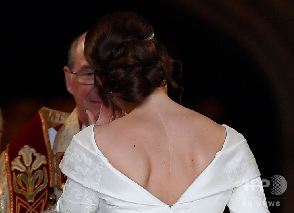 英王女、挙式で手術痕隠さず ネットで称賛の声 巨額費用に批判も