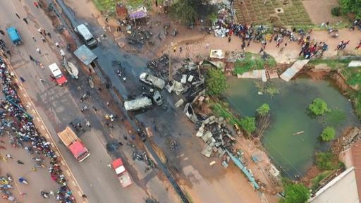 動画:タンクローリーが事故後に爆発、7人死亡 西アフリカ・マリ