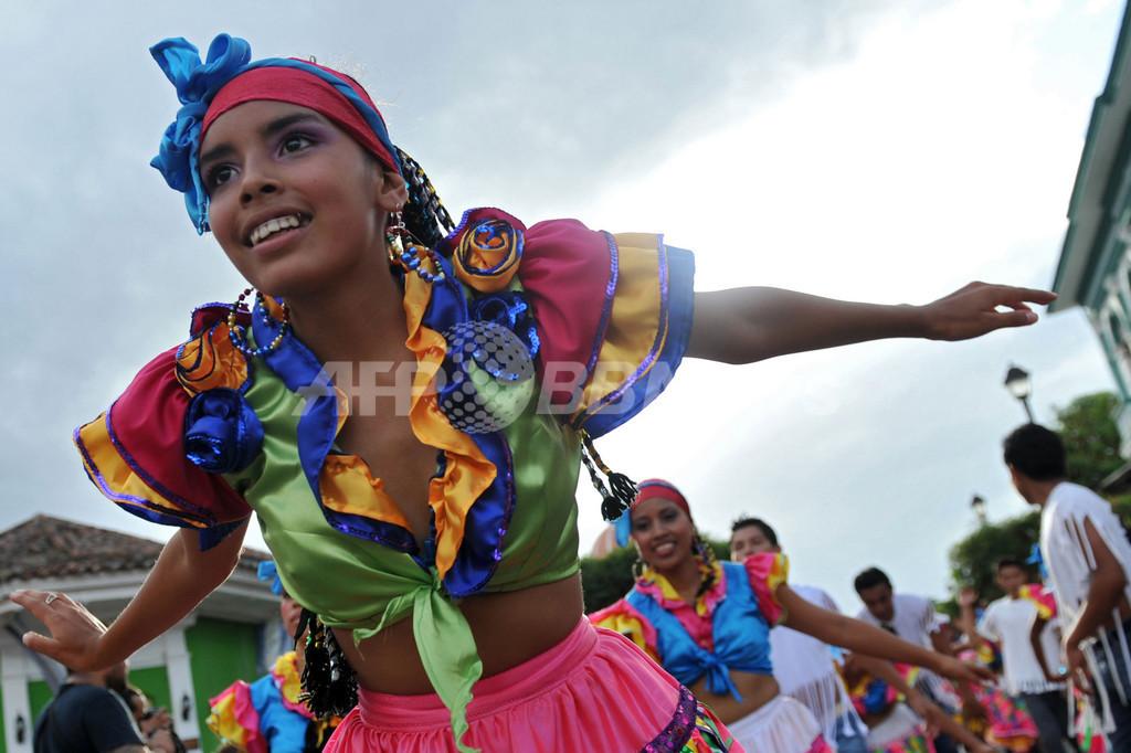グラナダのカーニバル、地元の詩人を称えて 中米ニカラグア