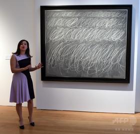 黒板の落書き?トゥオンブリー作品に約87億円、史上最高額