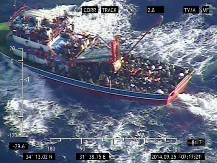 地中海でシリア難民ら345人救助、客船にイタリア行き要求