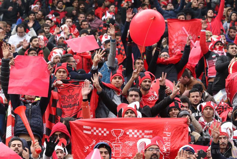 サッカー観戦禁止のイラン女性、男装で入場試みるも失敗に終わる