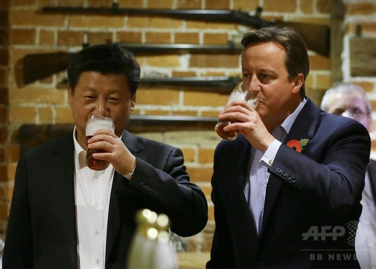 英中首脳が英国パブ訪問、フィッシュ・アンド・チップスで乾杯