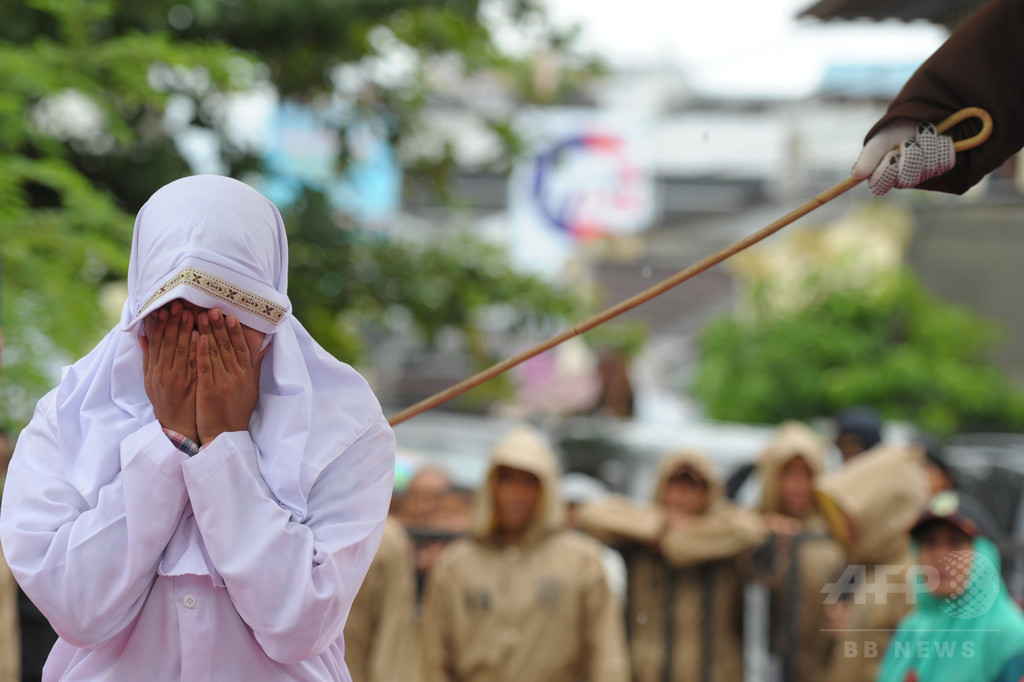 公開むち打ち刑で女性泣き叫ぶ、異性交際で処罰 インドネシア