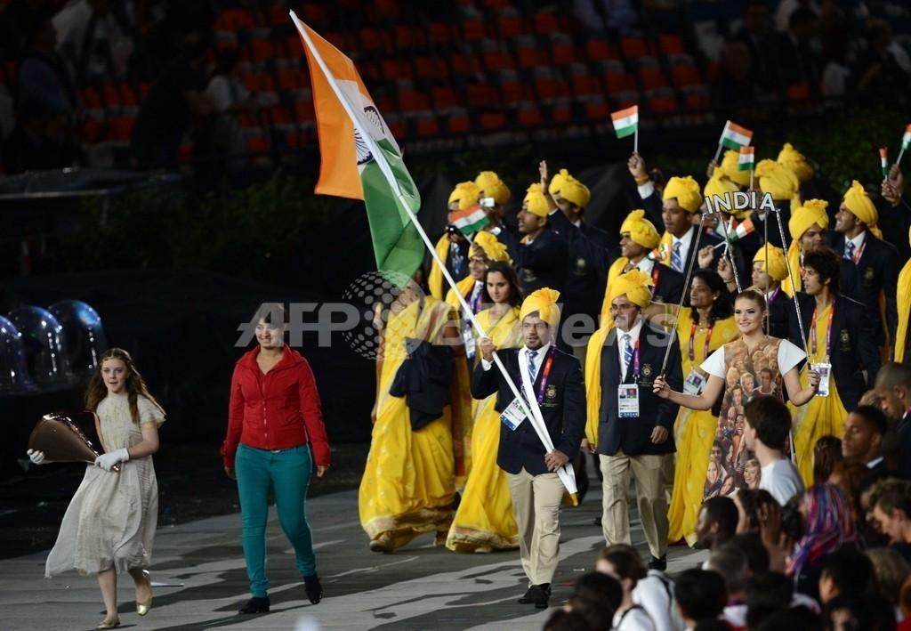 インド選手団と入場行進、謎の女...