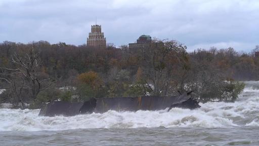 動画:ナイアガラの滝、名物の座礁船が悪天候で約100年ぶり移動