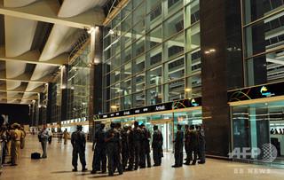 笑顔を減らせ!空港警備の武装警察官に命令 インド