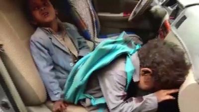 動画:市場のバスに攻撃、子ども29人死亡 イエメン