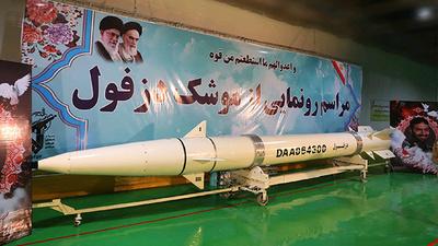 革命40年周年のイラン、革命防衛隊が新型弾道ミサイルを公開