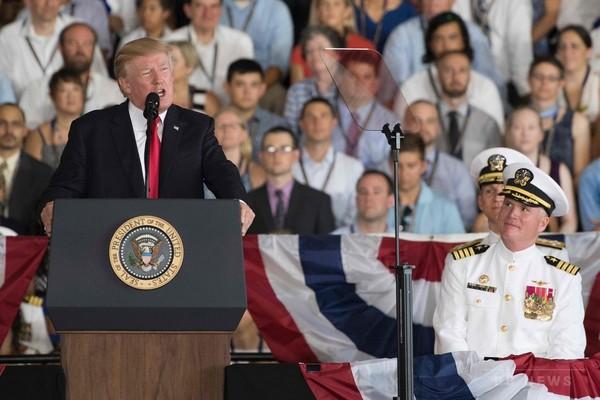 新型空母「ジェラルド・R・フォード」就役式、トランプ大統領が出席