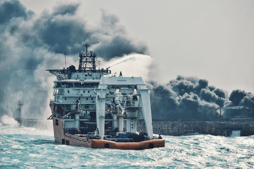中国沖で衝突・火災のタンカーで新たに爆発、日本のEEZ内に漂流