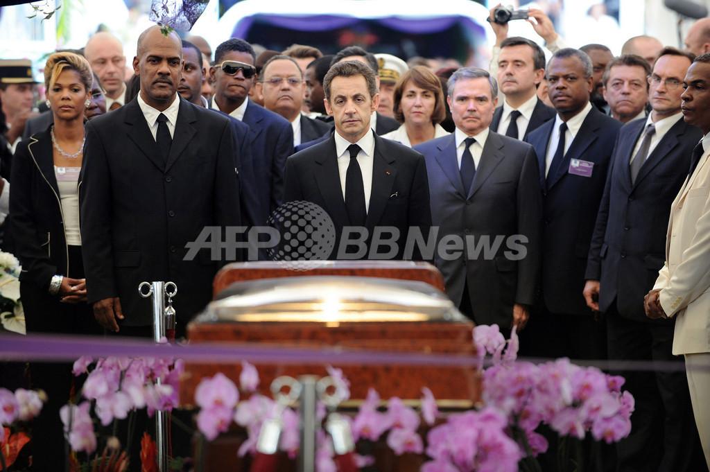 詩人エメ・セゼール氏の国葬、サルコジ大統領も出席