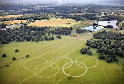 ロンドンの公園に巨大な五輪の輪